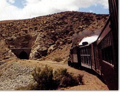 Tren de pasajeros entrando en el Túnel de Cerro Mesa