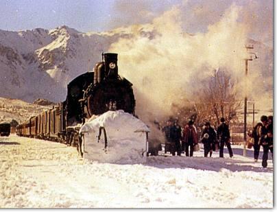 Llegada a Esquel en invierno. Tren mixto de pasajeros y carga. Atrás el Cerro 21