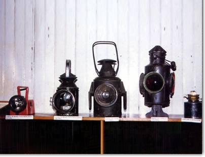 De izquierda a derecha: Farol de mano actual, Farol de mano original, Farol de cola original, Farol de señales, Lámpara de kerosén.
