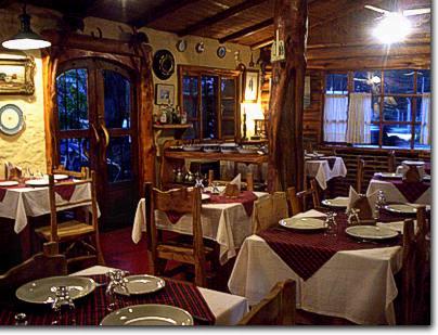 Interior rustico de un restaurante de El Bolson