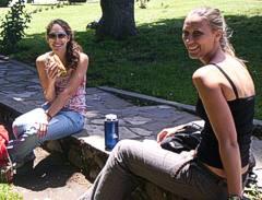 Dos turistas, una de EEUU otra de Alemania, conocieron El Bolson por Bolsonweb.com, y se conocieron en El Bolson